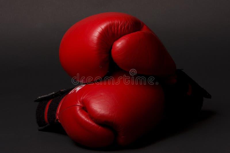 红色配件箱的手套 免版税库存图片