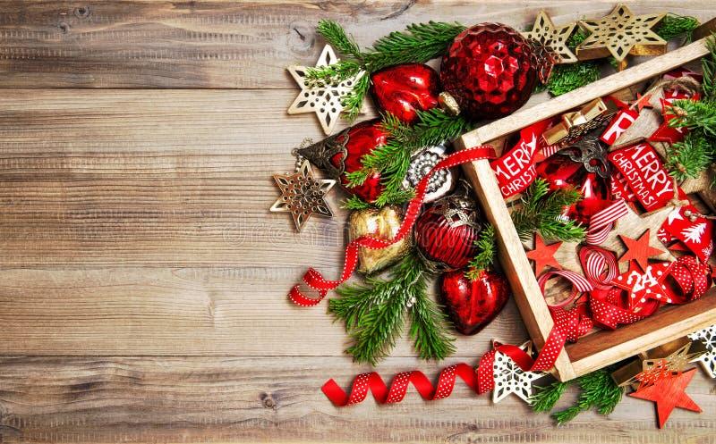 红色金黄圣诞节装饰装饰品木背景 免版税库存图片