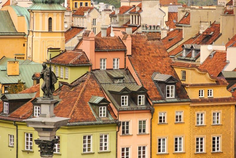红色铺磁砖的屋顶。 华沙。 波兰 免版税库存图片