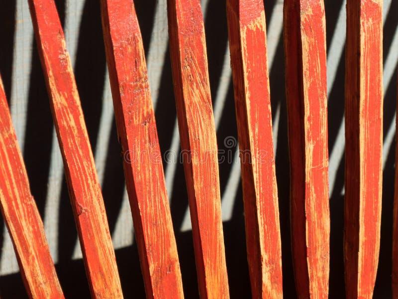 红色长凳后面和阴影 免版税库存照片
