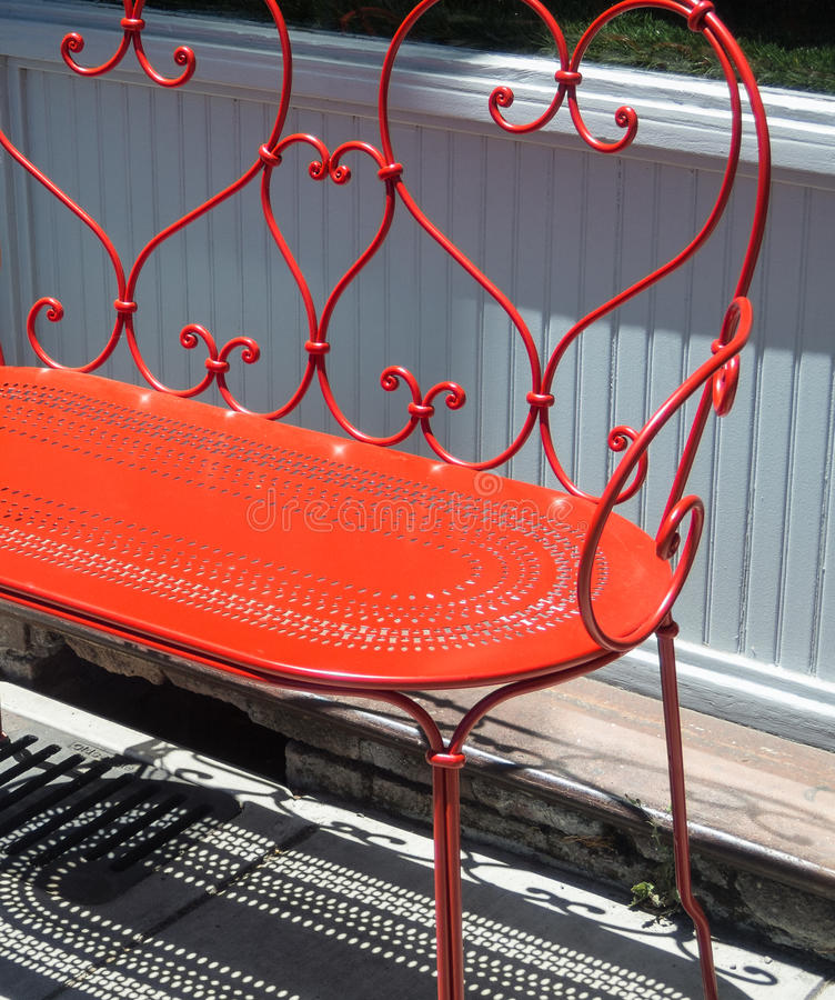 红色长凳 免版税库存照片