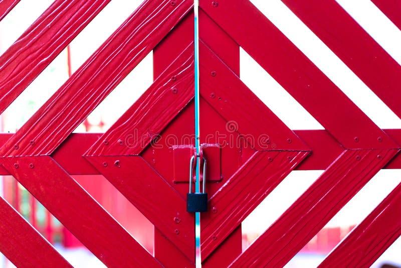 红色门的钥匙 库存图片