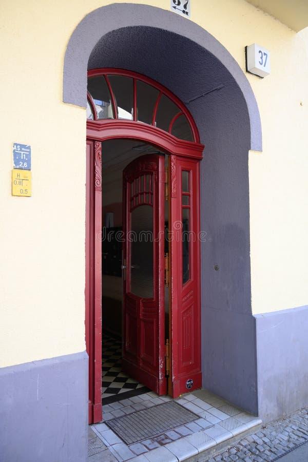 红色门道入口在德国邻里 库存图片