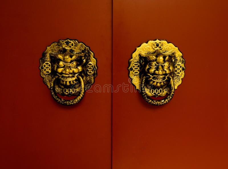 红色门金黄的狮子 免版税图库摄影