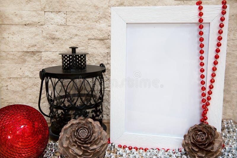 红色闪耀的圣诞节球、黑灯笼和冷杉球果 克里斯 免版税库存图片