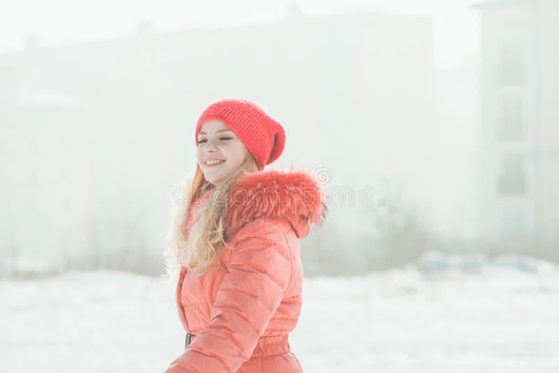 红色附头巾皮外衣的女孩 免版税库存图片