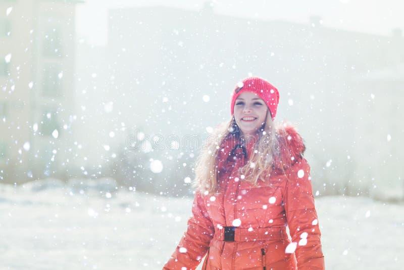 红色附头巾皮外衣的女孩 库存照片