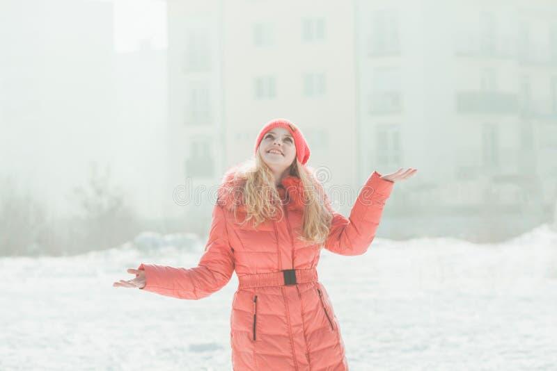 红色附头巾皮外衣的女孩 图库摄影