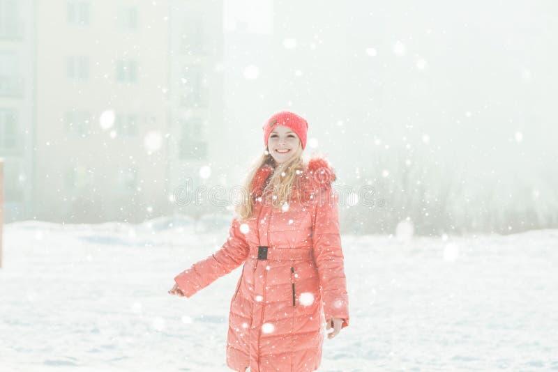 红色附头巾皮外衣的女孩 免版税图库摄影