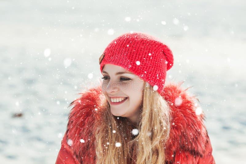 红色附头巾皮外衣的女孩 库存图片