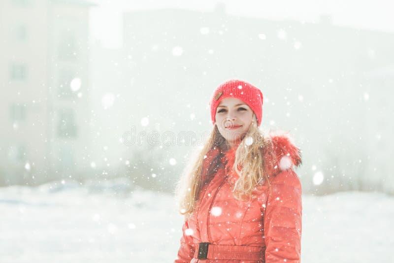 红色附头巾皮外衣的女孩 免版税库存照片