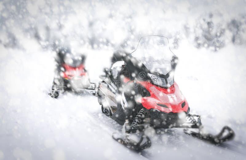 红色雪上电车在芬兰拉普兰 图库摄影