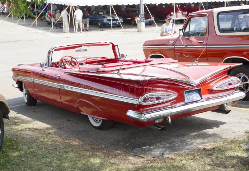 1959红色雪佛兰飞羚敞篷车 图库摄影