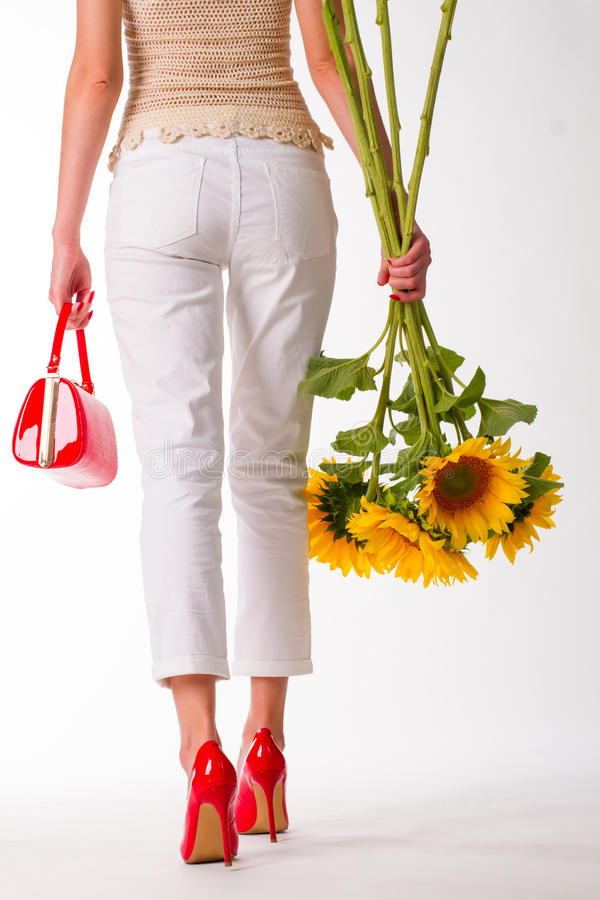 红色鞋子的女孩有红色袋子的 免版税图库摄影