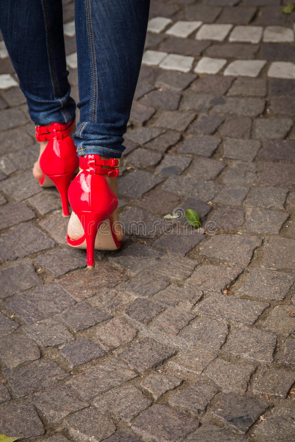 红色鞋子的妇女在路面 库存照片