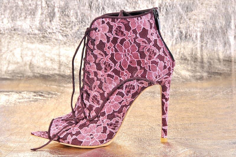 红色鞋带脚腕起动,与簪子脚跟 免版税库存图片