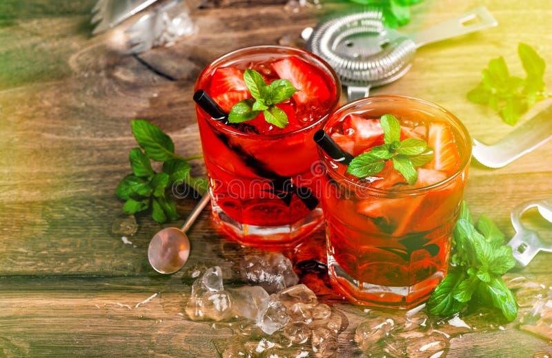 红色饮料 与党光的鸡尾酒酒吧 库存图片