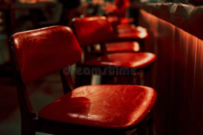 红色高凳在餐馆 免版税库存图片