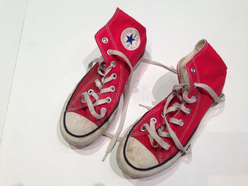 红色高梆的相反的鞋子 免版税图库摄影