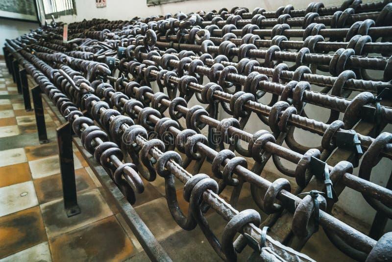 红色高棉酷刑武器的金属手铐 细胞- Tuol Sleng博物馆S21监狱,金边,柬埔寨 库存照片