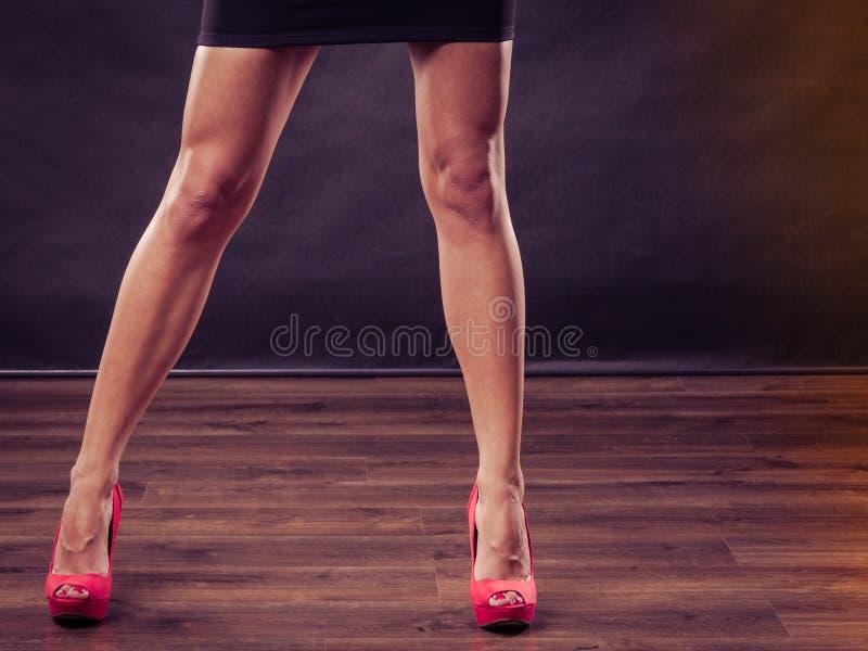 红色高跟鞋钉牢在性感的女性腿的鞋子 库存图片