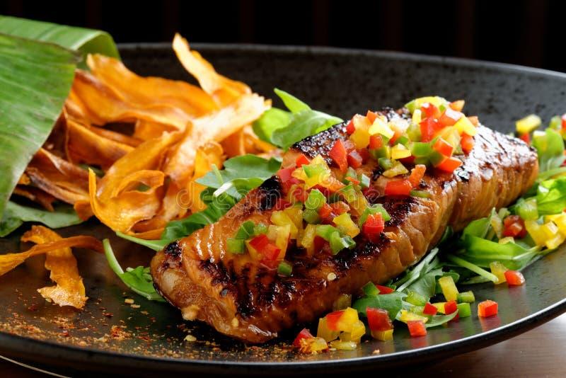 红色鱼三文鱼油煎的内圆角与烤菜的, 免版税库存图片