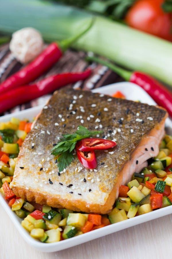红色鱼三文鱼油煎的内圆角与酥脆皮肤,烤素食主义者的 图库摄影