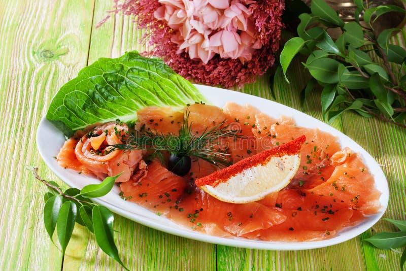红色鱼切了盐味的盘橄榄色的柠檬莳萝静物画 免版税图库摄影