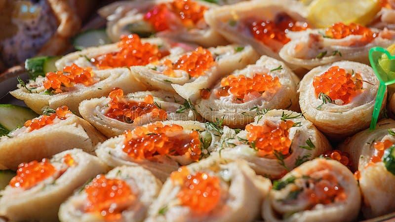 红色鱼子酱的薄煎饼 免版税图库摄影
