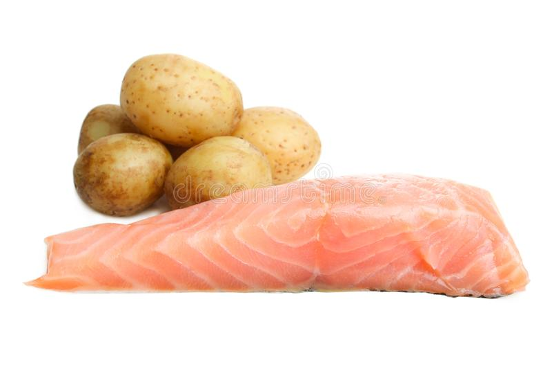 红色鱼片三文鱼或鳟鱼和煮的年轻土豆 免版税库存照片