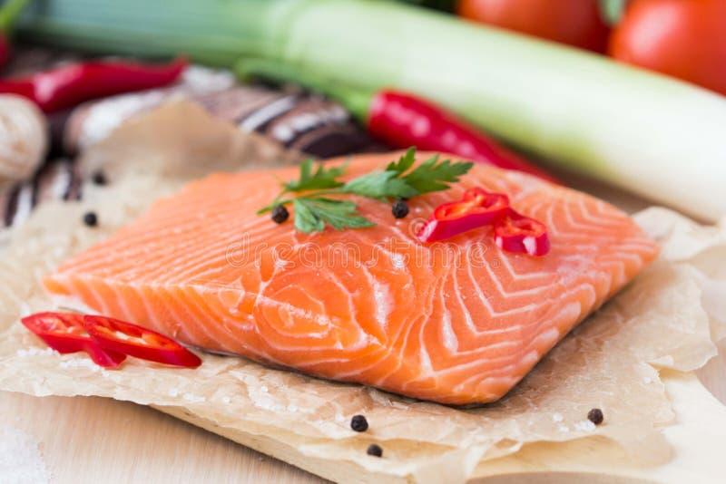 红色鱼,三文鱼未加工的内圆角,烹调健康饮食盘 库存图片