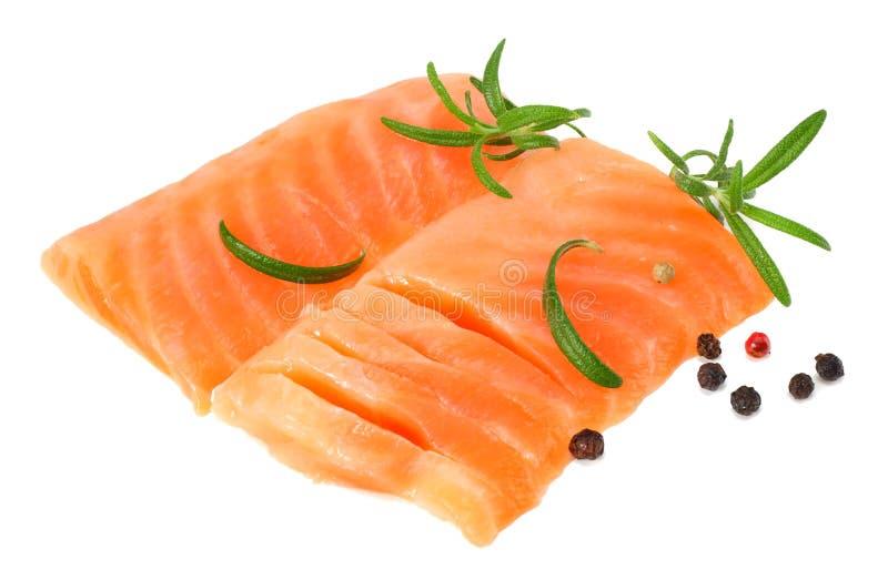 红色鱼 有迷迭香孤立的未加工的三文鱼内圆角在白色背景 库存照片