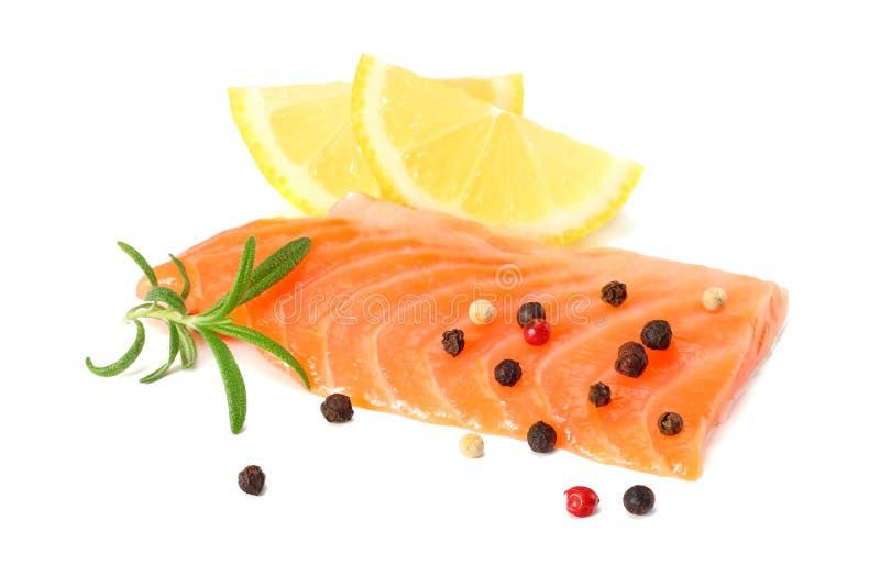 红色鱼 有迷迭香孤立的未加工的三文鱼内圆角在白色背景 免版税库存图片