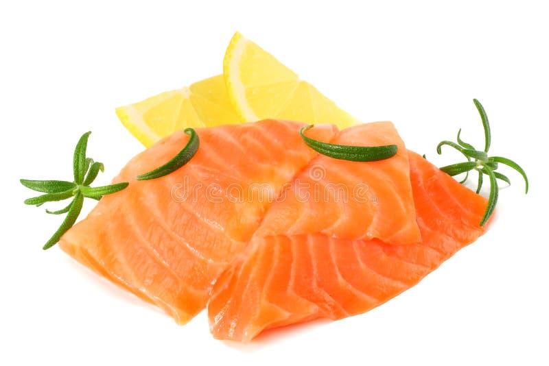 红色鱼 有迷迭香孤立的未加工的三文鱼内圆角在白色背景 免版税图库摄影