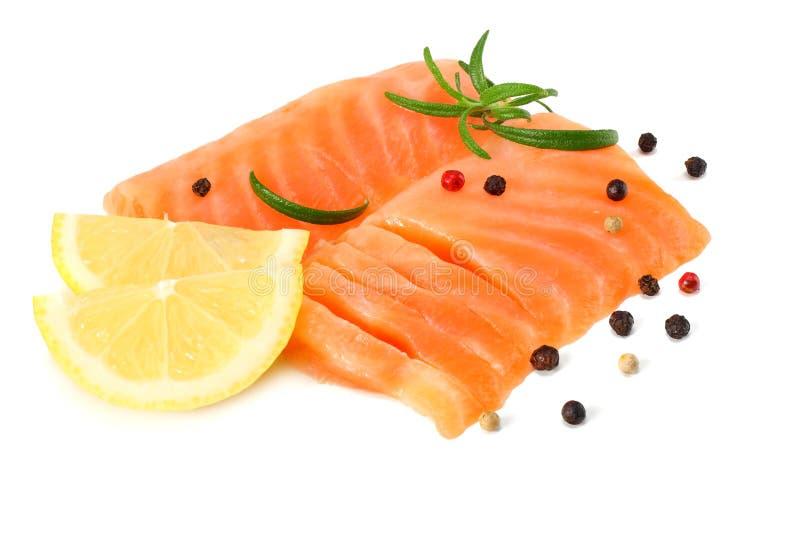 红色鱼 有迷迭香孤立的未加工的三文鱼内圆角在白色背景 免版税库存照片