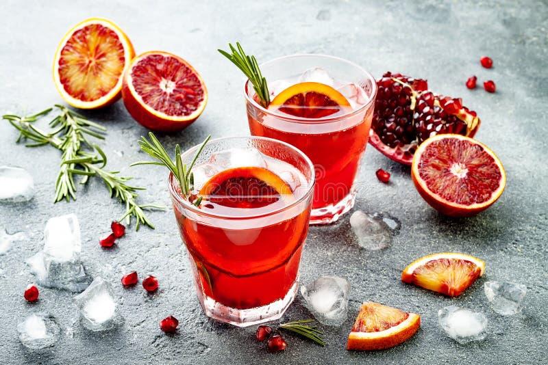 红色鸡尾酒用血橙和石榴 刷新的夏天饮料 圣诞晚会的假日开胃酒 免版税库存照片