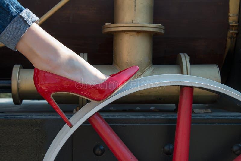 红色黑漆皮鞋的女孩 免版税库存照片