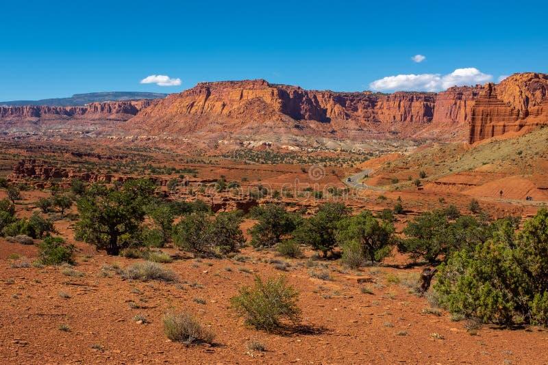 红色,坚固性和贫瘠峡谷地国家公园,有编织它的方式的主路的犹他的一个全景风景视图 图库摄影