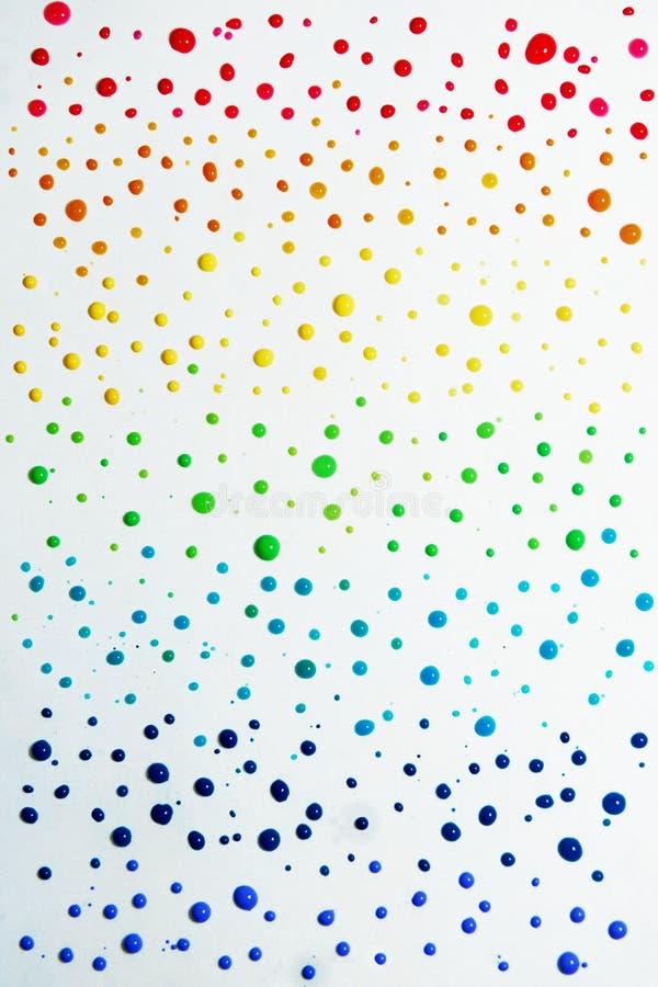 红色,橙色,黄色,绿色,蓝色,靛蓝和紫罗兰 彩虹色的小滴 免版税库存照片