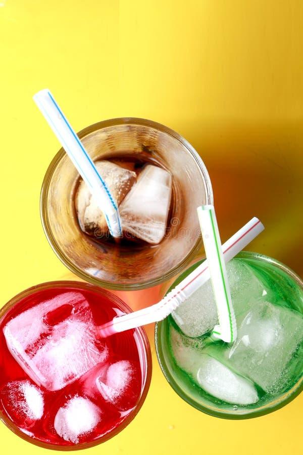 红色,绿色和可乐苏打泡沫腾涌的饮料 库存照片