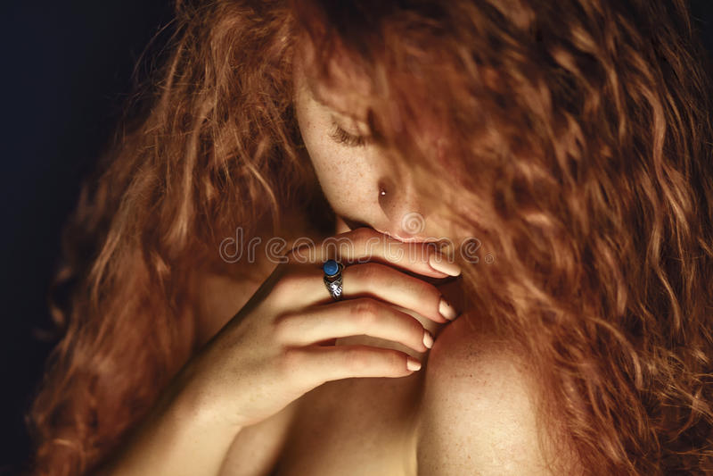红色头发 背景在纵向射击工作室白色的方式女孩 库存照片