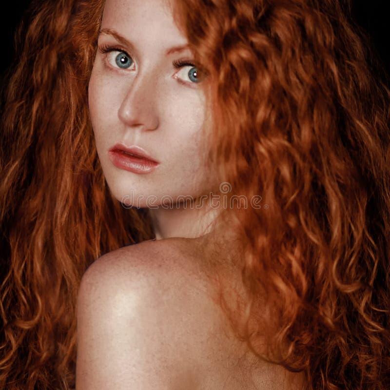 红色头发 背景在纵向射击工作室白色的方式女孩 免版税库存图片