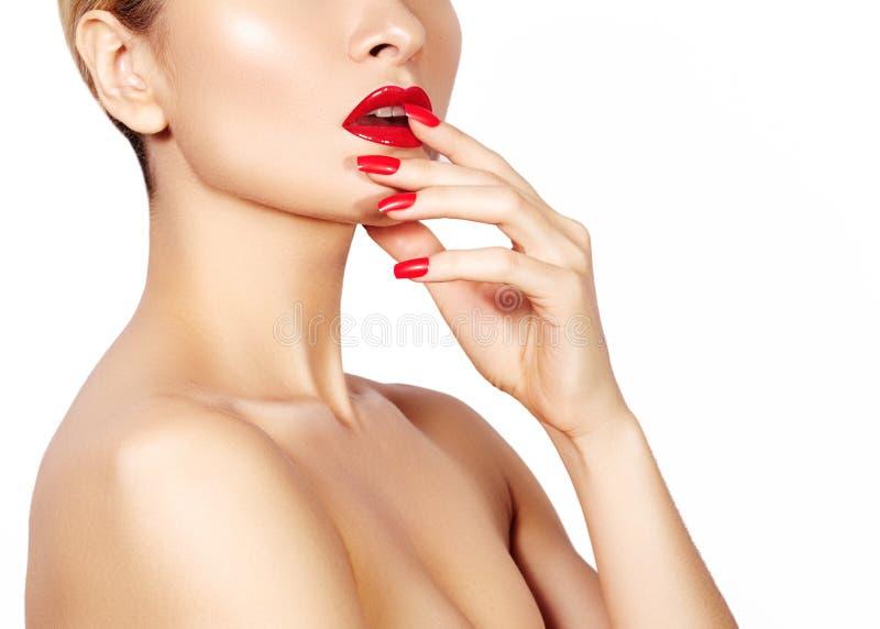 红色嘴唇和明亮的被修剪的钉子 性感的开放嘴 美好的修指甲和构成 Celebrate组成并且清洗皮肤 免版税库存照片