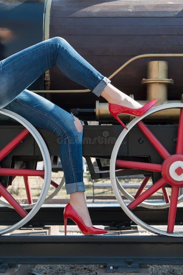 红色黑漆皮鞋的女孩 库存照片