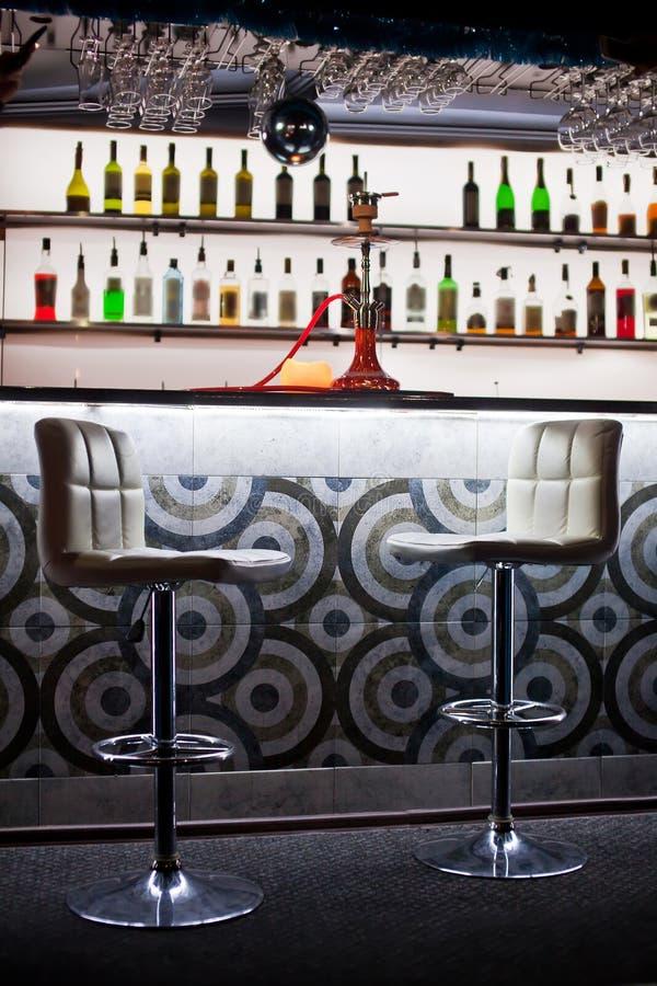 红色水烟筒特写镜头照片在酒吧背景的 免版税库存图片