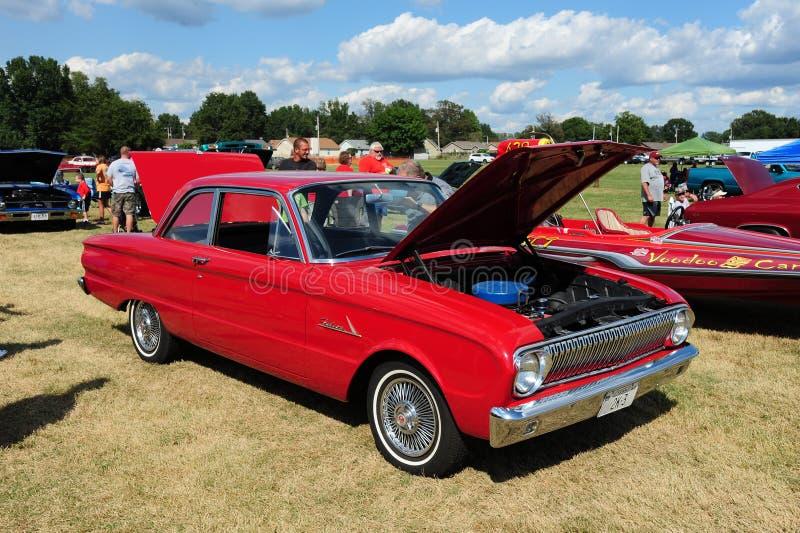 红色1960年福特猎鹰古董汽车 免版税库存图片