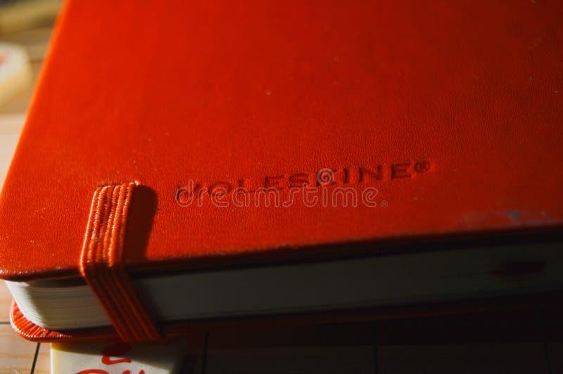 红色moleskine笔记本 库存照片