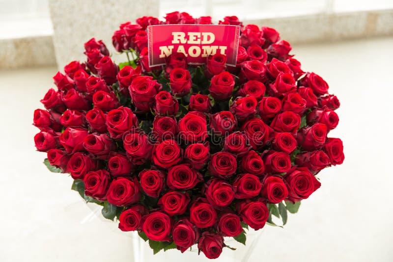 红色naomi玫瑰色花束 库存照片