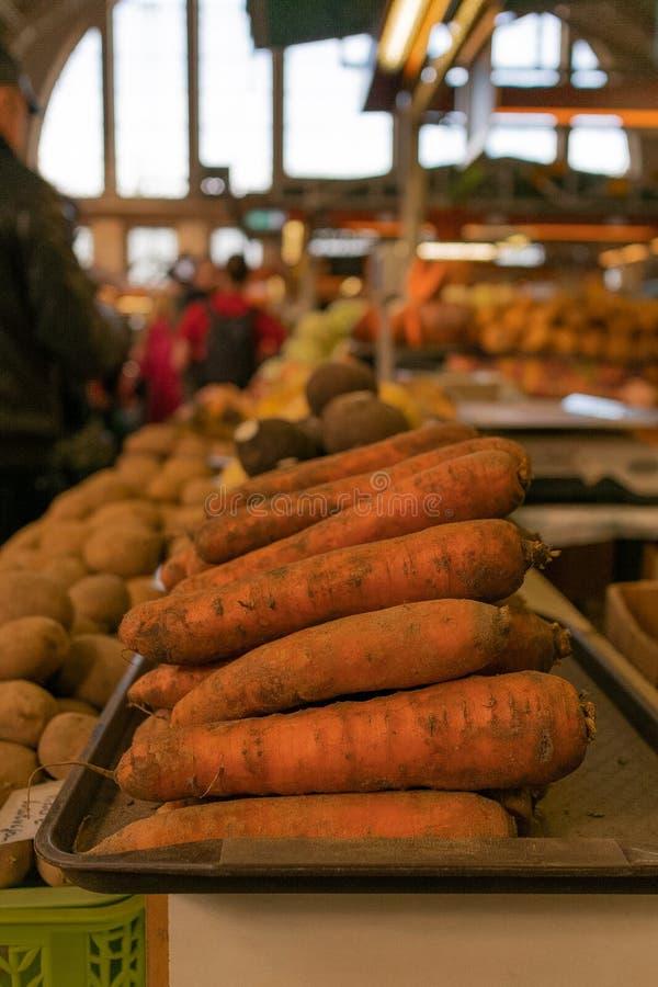 红萝卜和根菜类在农夫市场上 免版税库存照片
