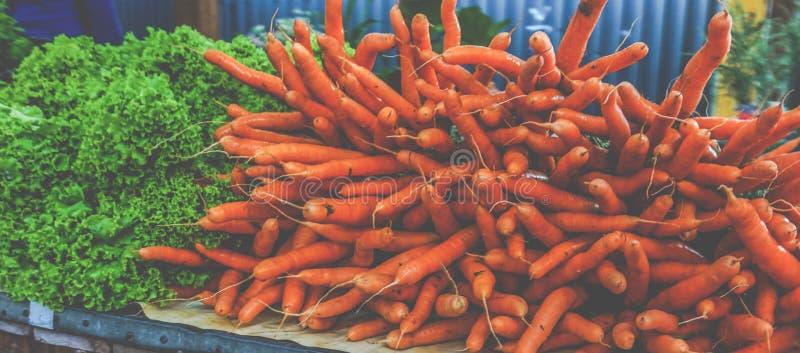 红萝卜在户外市场上 库存图片